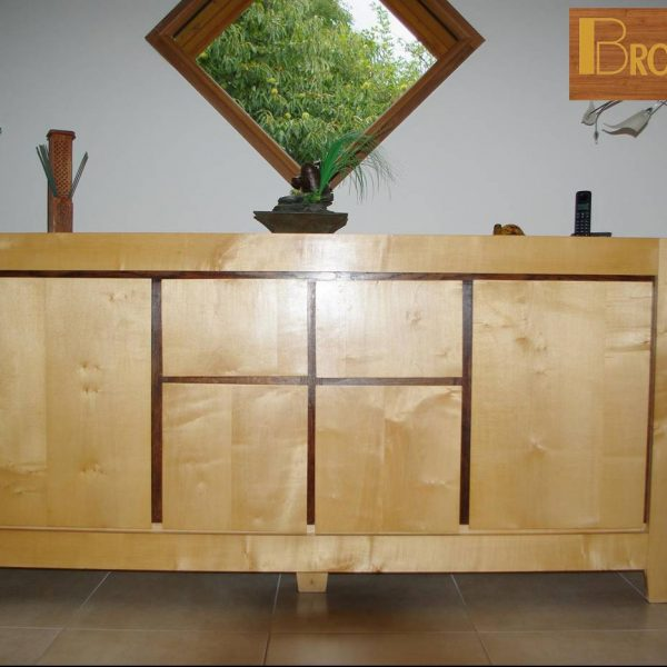 meuble fabriqué en 2008- Buffet bas de salle à manger en érable sycomore et chêne constitué de 4 portes et de deux tiroirs. On aperçoit les reflets naturels du bois, l'érable sycomore,un bois blanc avec un aspect très joli. Ce buffet bas a été cirée avec de la cire d'abeille naturelle.