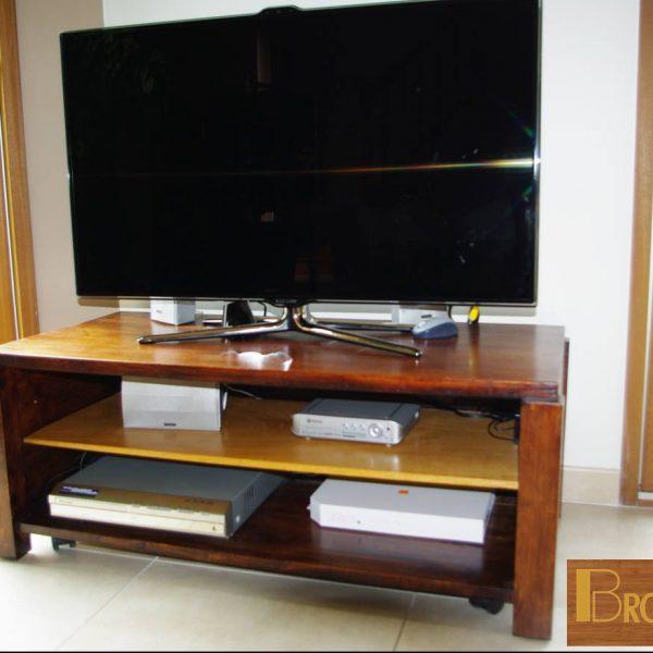 meuble fabriqué en 2007 - Table Basse teintée weingé - plateau du dessous en chêne de couleur naturelle. finition cirée