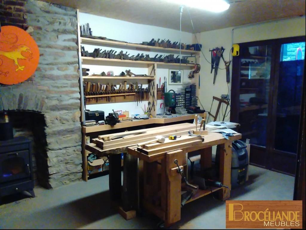 La zone de montage des meubles ou l'on retrouve sur les étagères les anciens outils: rabot, guillaume, vilebrequin...
