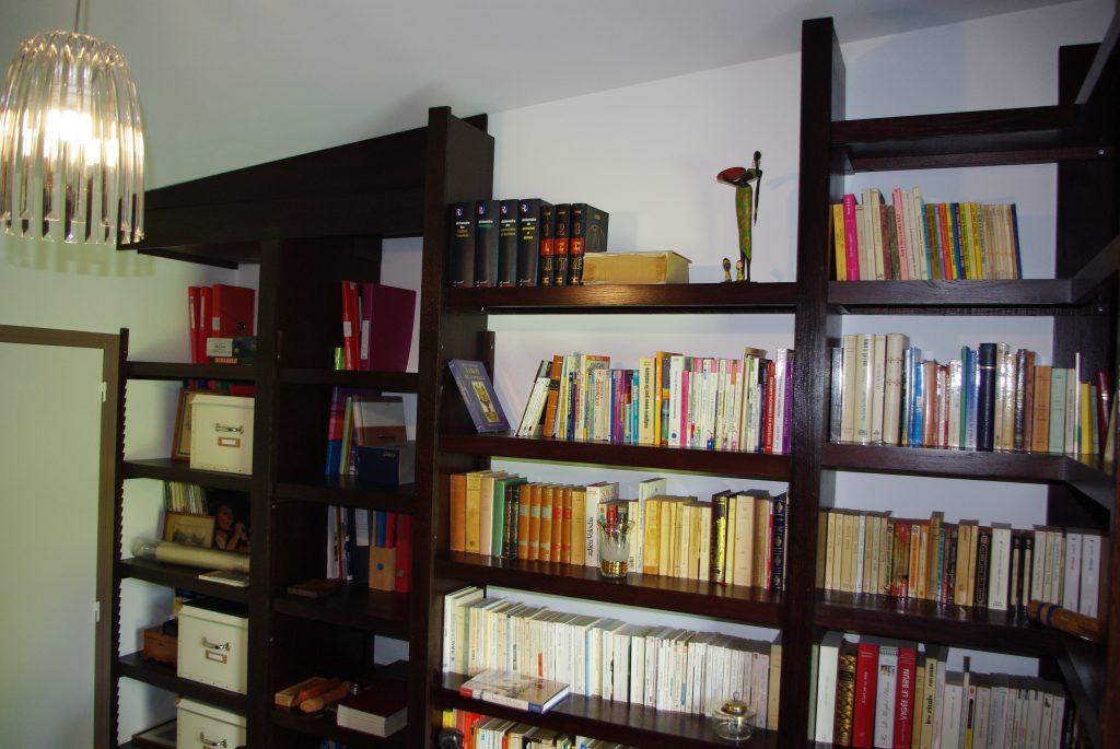 Bibliothèque en chêne massif composé de 3 module d'angle et de 6 modules simples teintés wengé