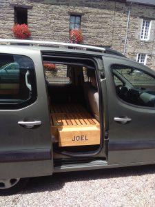 meubles en pin pour l'aménagement intérieur d'un Partner Tepee