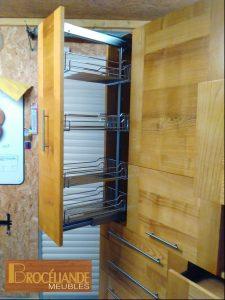Grand meuble de cuisine en frêne massif, composé d' un épicier, de 2 portes en partie haute, de 2 portes relevables pour le four et le micro-ondes, de 2 tiroirs et 4 casseroliers
