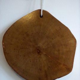 planche à découper en Bouleau , issu de la forêt de Brocéliande. finition huilée compatible avec le contact des aliments.