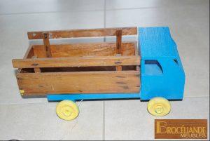 très vieux camion en bois restauré